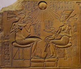 Amenofi IV e la moglie Nefertiti insieme ai figli, 1350 a.C.