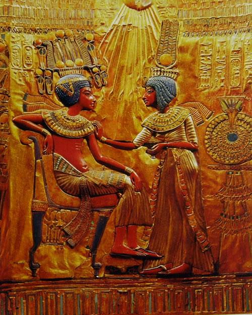 Tutankhamon con la moglie, Particolare del trono ligneo dorato e dipinto trovato nella tomba di Tutankhamon, Museo Egizio del Cairo