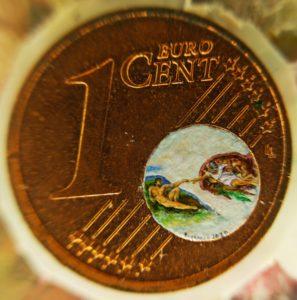 Stefano Busonero: Riproduzione della Creazione di Adamo dentro una moneta da un centesimo, diam. 6,6 mm.