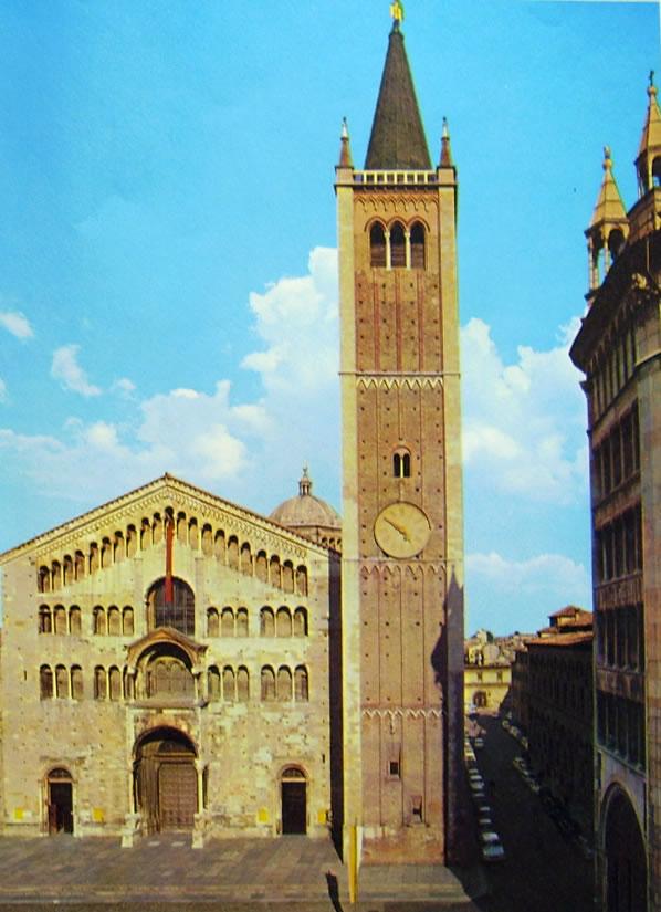 Duomo di Parma - la facciata della chiesa con il campanile