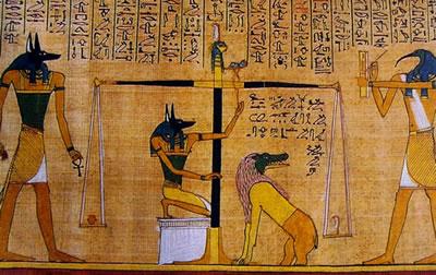 Il dio dei morti Anubi con la testa di sciacallo che pesa il cuore umano, e Il dio- messaggero Thoth con la testa dìibis che scrive il risultato (scena dal libro dei morti), rotolo di papiro, 1285 a.C.
