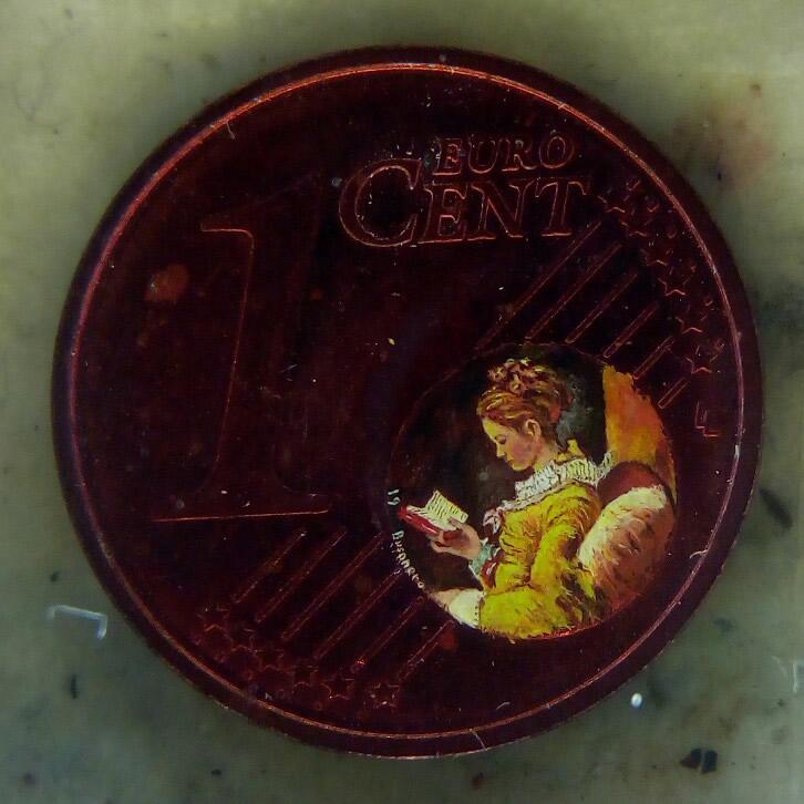 Donna che legge dipinta dentro il globo terrestre della moneta da un centesimo