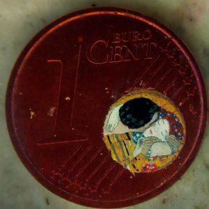 Stefano Busonero: Riproduzione dei volti del Bacio di Klimt su un centesimo, diametro 6,7 mm.